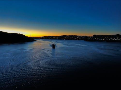 Безкоштовне стокове фото на тему «вечір, вода, гори, з висоти польоту»