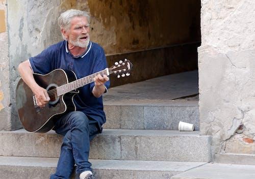 Fotobanka sbezplatnými fotkami na tému akustická gitara, biele vlasy, brada, cestovný ruch