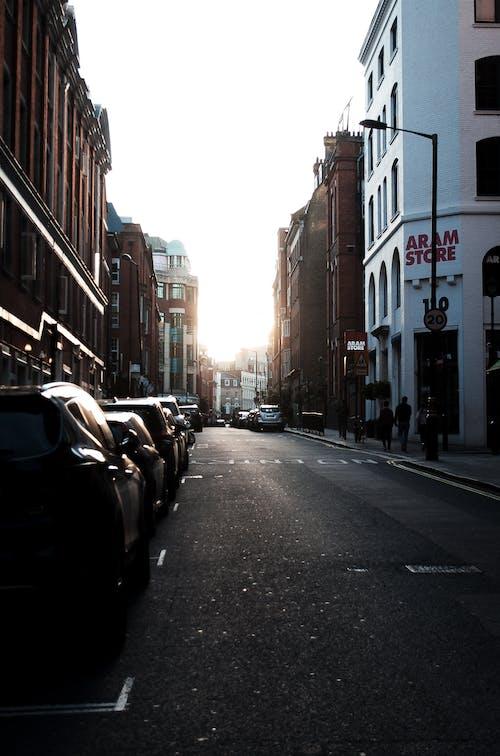 arabalar, binalar, Kent, kentsel içeren Ücretsiz stok fotoğraf