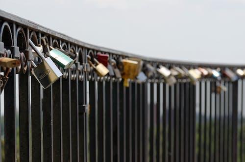Fotobanka sbezplatnými fotkami na tému detailný záber, plytké zameranie, visiaca zámka, visiace zámky na kovovom plote