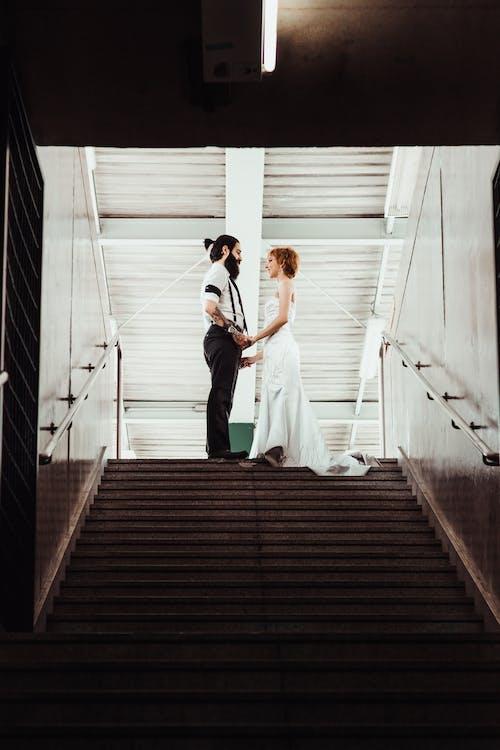 Základová fotografie zdarma na téma bílé šaty, cestování, chvíle, dospělí