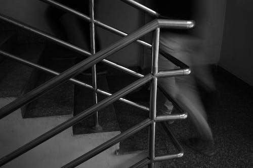 Základová fotografie zdarma na téma černobílá, jednobarevný, schody, spěchat
