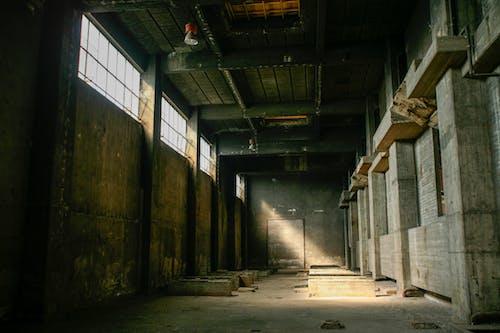 bina, boş, harabe, ışık ve gölge içeren Ücretsiz stok fotoğraf