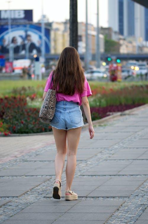 Fotobanka sbezplatnými fotkami na tému chodník, chôdza, dievča, dlhé vlasy