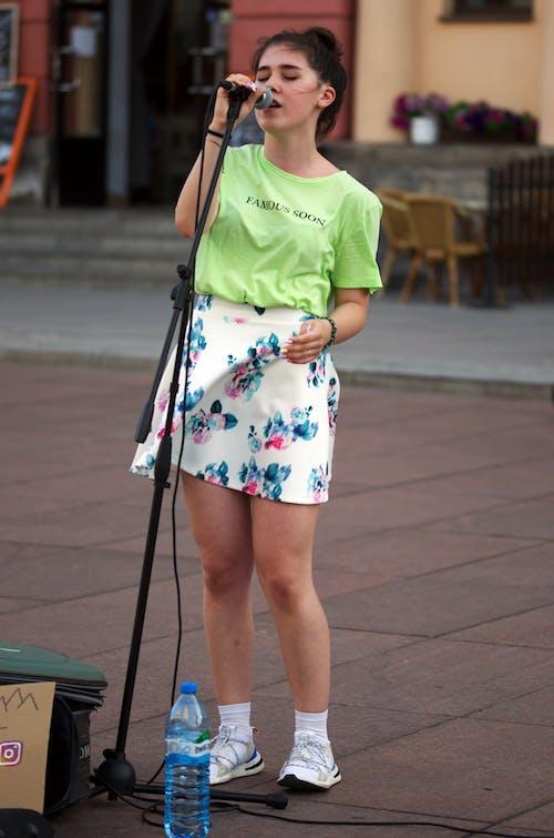 Fotobanka sbezplatnými fotkami na tému cestovný ruch, dievča, fľaša vody, fotografia ulice