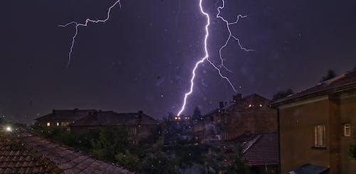Gratis stockfoto met blikseminslag, nachtfotografie, onweer, rotweer