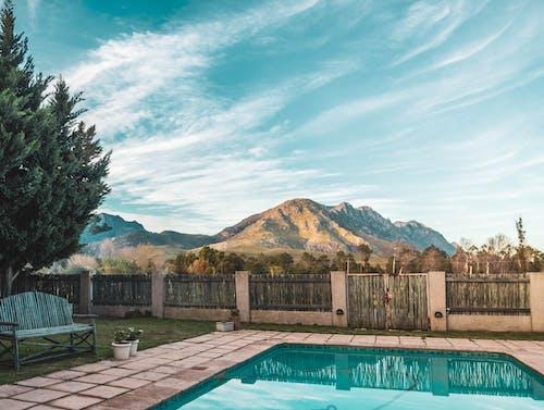 Immagine gratuita di acqua, architettura, bordo piscina, cielo