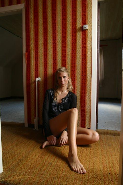 人, 女人, 室內, 房間 的 免費圖庫相片