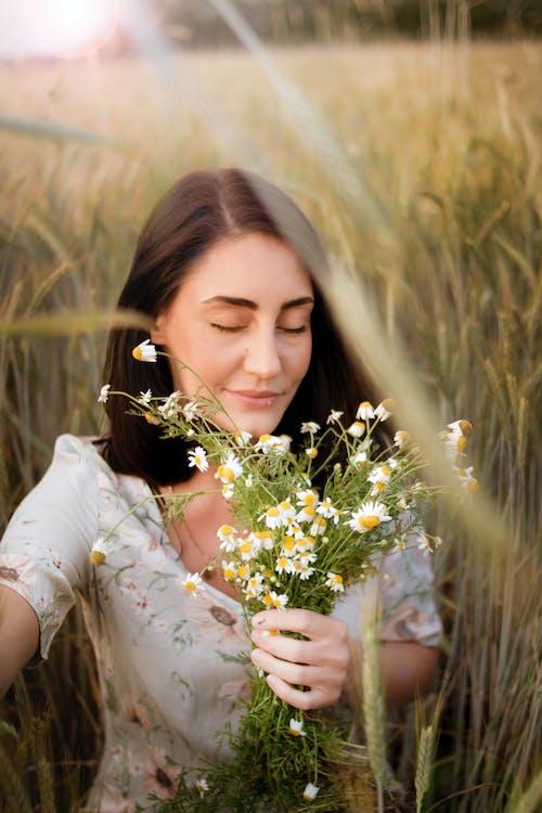 꽃, 꽃이 피는, 모델, 미소의 무료 스톡 사진