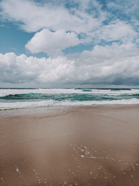 bord de l'océan, bord de mer, ciel nuageux