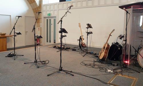 교회, 기타, 마이크 스탠드, 베이스 기타의 무료 스톡 사진