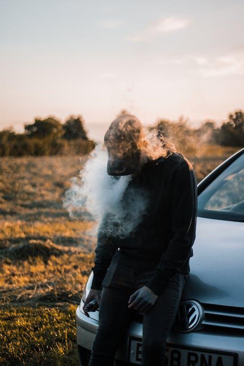 açık hava, adam, alan derinliği, araba içeren Ücretsiz stok fotoğraf