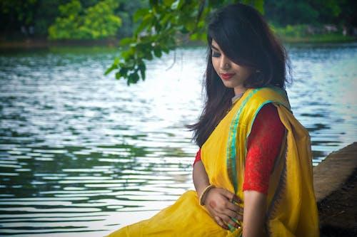 亞洲女人, 在湖邊, 坐下, 孟加拉國的女人 的 免費圖庫相片