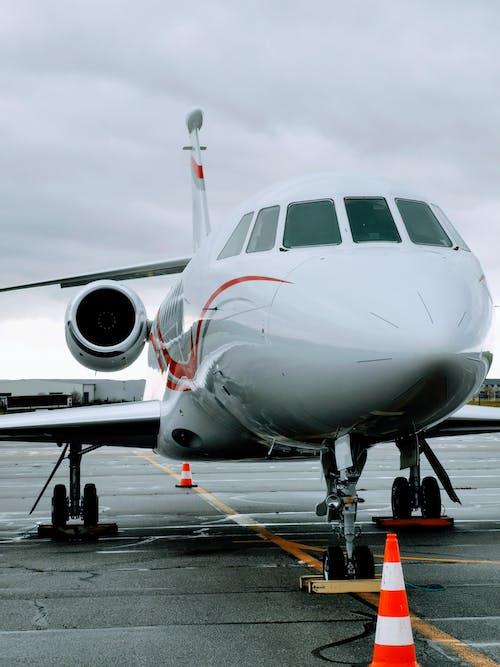 Darmowe zdjęcie z galerii z asfalt, hangar, lotnictwo, lotnisko