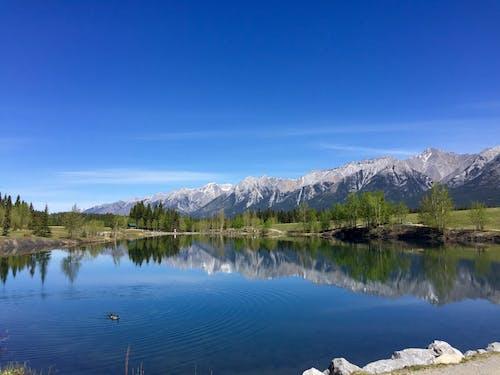 Бесплатное стоковое фото с вид, вода, голубое небо, горный хребет
