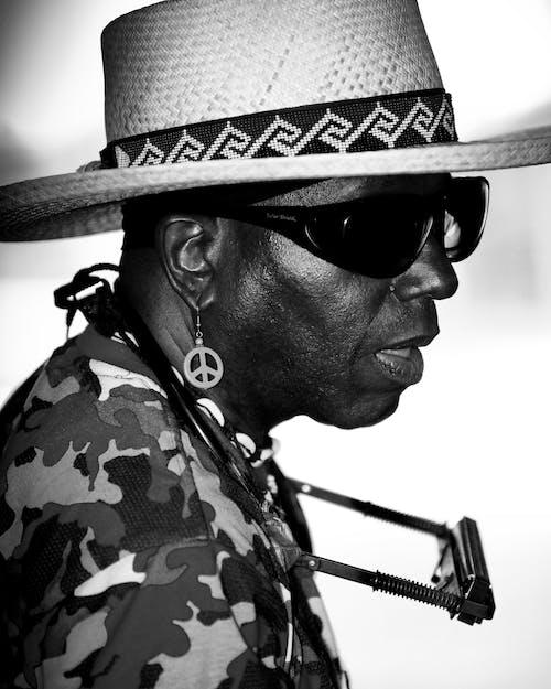 Photos gratuites de camouflage, chapeau de paille, harmonica, homme