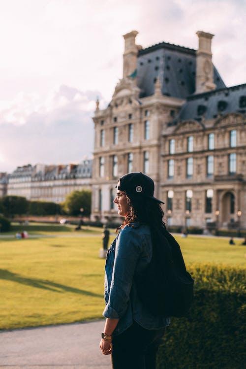 Foto d'estoc gratuïta de arquitectura, barret negre, camisa de mezclilla, de perfil