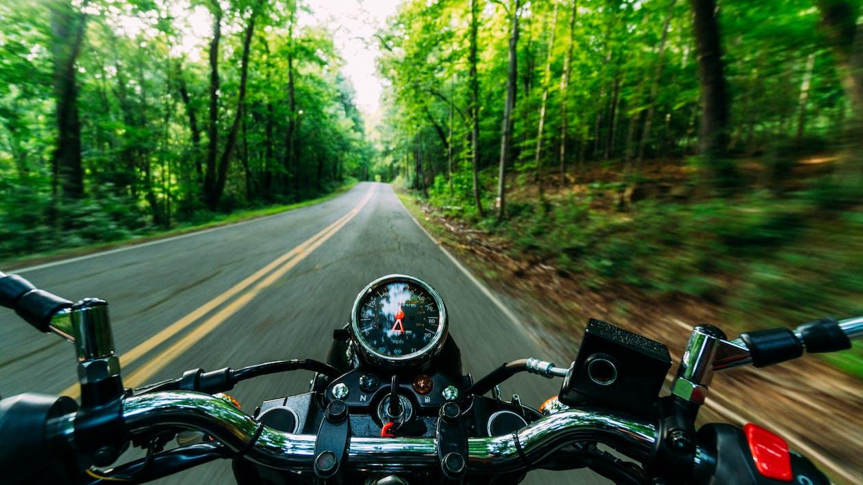 Pessoa Andando De Motocicleta Preta E Cinza Na Estrada