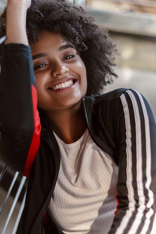 Ilmainen kuvapankkikuva tunnisteilla afrikkalainen amerikkalainen tyttö, afro, afro hiukset, asento