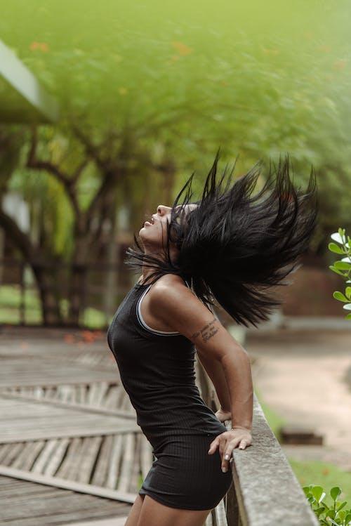 Fotobanka sbezplatnými fotkami na tému Brazílčanka, cvičenie, dievča, les