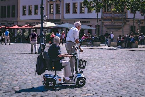 Foto d'estoc gratuïta de ancians, carrer, carretera, ciutat
