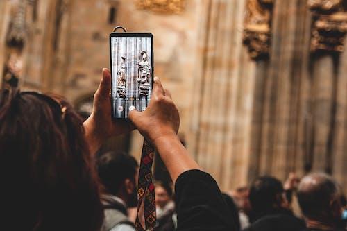 Foto d'estoc gratuïta de fent una foto, pantalla, persona, telèfon intel·ligent