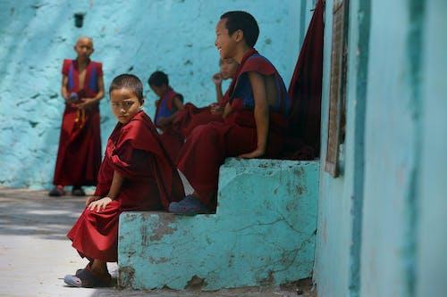 Gratis lagerfoto af munke, ung, venner