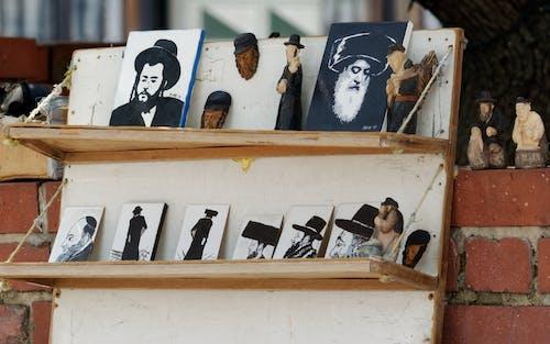 Fotobanka sbezplatnými fotkami na tému červené tehly, cestovný ruch, drevené police, figúrky