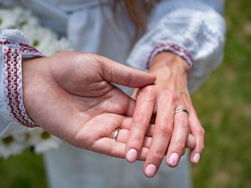 Gratis arkivbilde med bryllup, glad, hender, lykkelige sammen