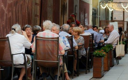Fotobanka sbezplatnými fotkami na tému jedenie, kvety, ľudí na terase vo večerných hodinách, ľudia