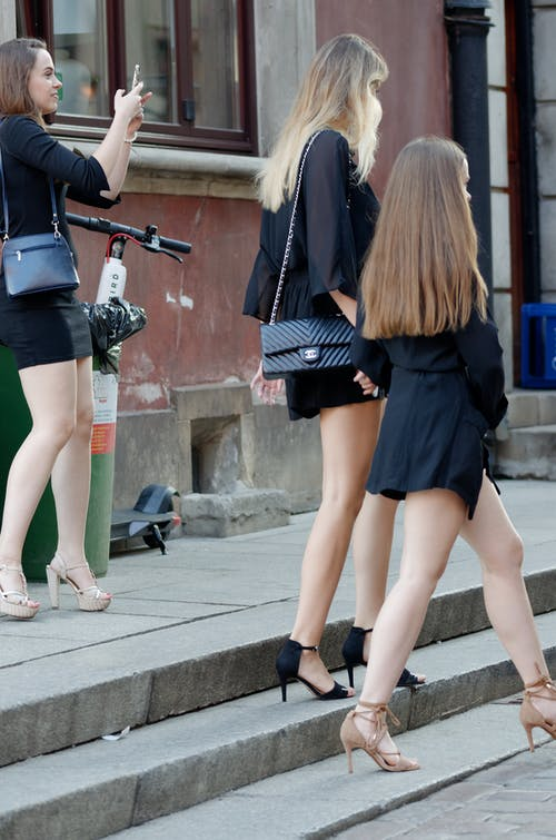Fotobanka sbezplatnými fotkami na tému blond vlasy, budova, chodník, čierne oblečenie