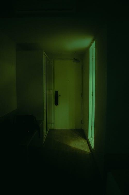 Foto profissional grátis de arrepiante, dentro de casa, entrada, escuro