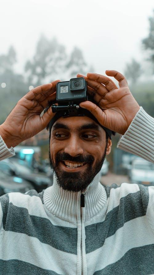 Ingyenes stockfotó akció kamera, álló kép, arcszőrzet, csinos témában