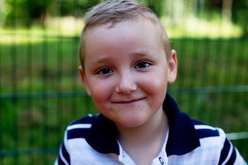 Селективный фокус Портретное фото улыбающегося мальчика