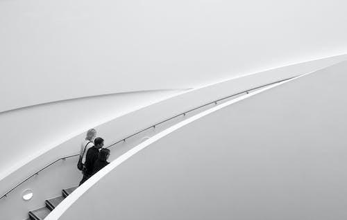 Foto d'estoc gratuïta de blanc i negre, escala, escales, gent