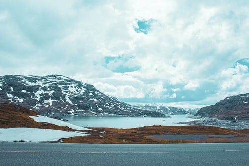 Foto profissional grátis de campo, céu azul, fundo da natureza, lago