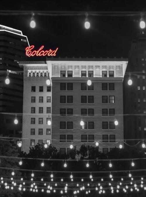 bina cephesi, gece hayatı, gece ışıkları, gece şehir içeren Ücretsiz stok fotoğraf