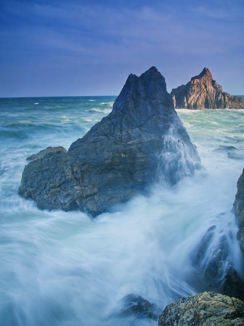 Gratis arkivbilde med bergformasjoner, bølger, dagslys, hav
