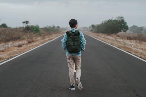 Δωρεάν στοκ φωτογραφιών με backpacker, άνδρας, αρσενικός, άσφαλτος