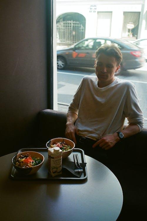 Darmowe zdjęcie z galerii z jedzenie, mężczyzna, okno, osoba