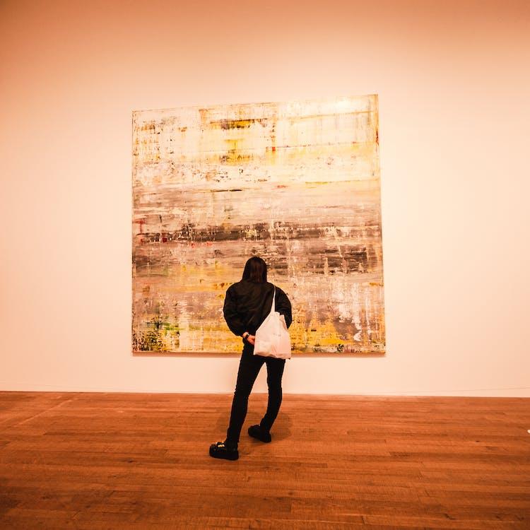 artsy, γκαλερί τέχνης, γυναίκα