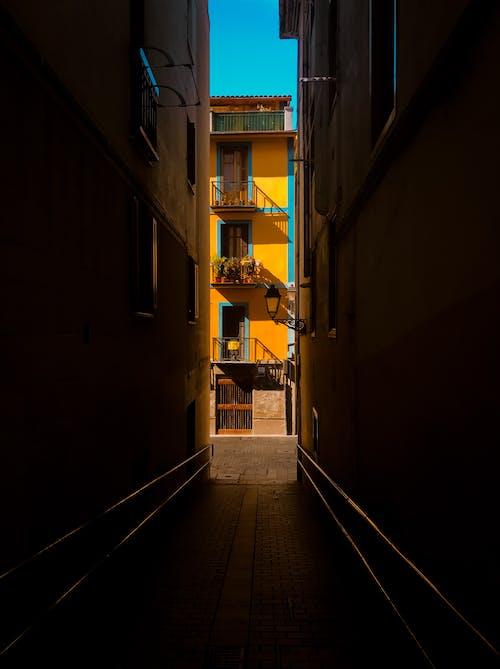 Gratis stockfoto met appartementencomplex, buitenshuis, daglicht, donker