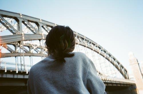 Ảnh lưu trữ miễn phí về ánh sáng ban ngày, áo len, bầu trời, cầu