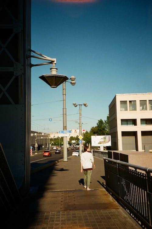 Kadın, kişi, sokak, yol içeren Ücretsiz stok fotoğraf