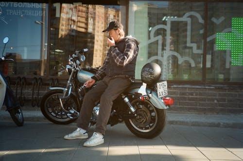 adam, bisiklet, bisikletçi, günlük giysi içeren Ücretsiz stok fotoğraf