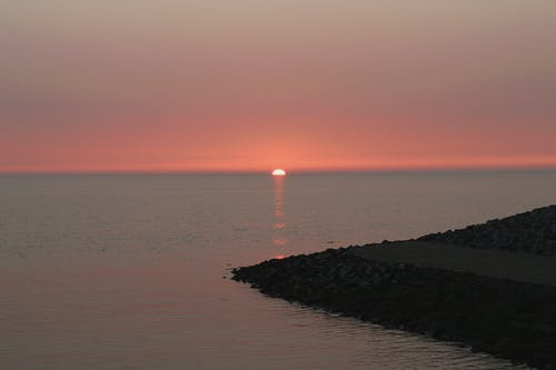 Darmowe zdjęcie z galerii z plaża, schodzenie, świt, wieczorne słońce