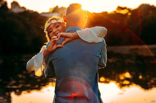 Gratis stockfoto met affectie, blijdschap, knuffelen, koppel