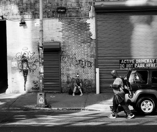 Δωρεάν στοκ φωτογραφιών με άνδρας, ασπρόμαυρο, δρόμος, πεζοδρόμιο