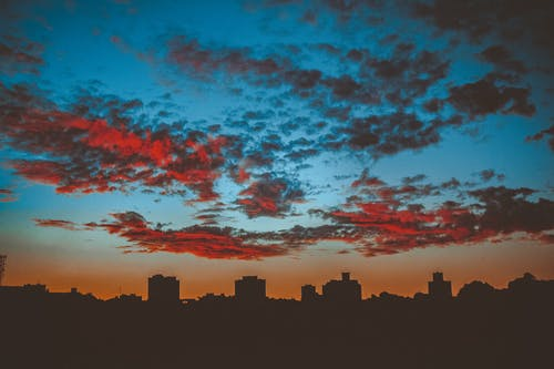 akşam karanlığı, binalar, büyük şehir, çok katlı binalar içeren Ücretsiz stok fotoğraf