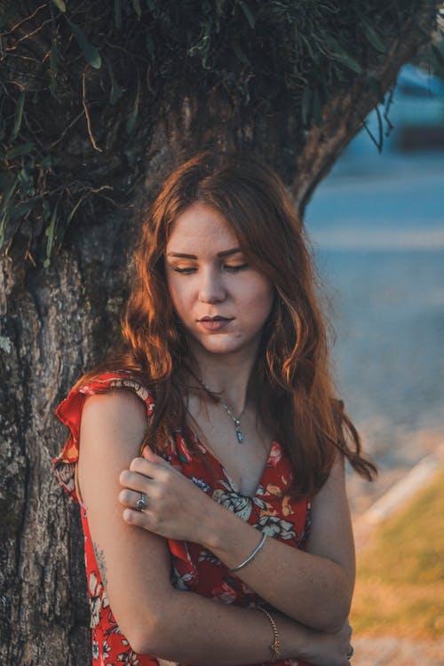 คลังภาพถ่ายฟรี ของ การถ่ายภาพบุคคล, ต้นไม้, ผมสีน้ำตาล, ผู้หญิง